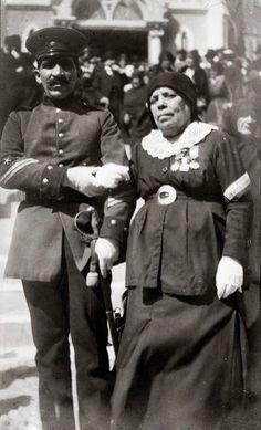 Filomena Valenzuela Goyenechea Cantinera chilena durante la Guerra del Pacífico. Apodada «la Madrecita», nació en Copiapó en 1848. De familia acomodada, fue esposa del director de la banda del Regimiento Atacama, en el que se enroló. Participó en la toma de Pisagua y en las batallas de Dolores, Los Ángeles, donde obtuvo el grado de subteniente; Tacna y Miraflores. Al término de la guerra, se radicó en Iquique. VIVANDIER FILOMENA VALENZUELA OF THE ATACAMA REGIMENT