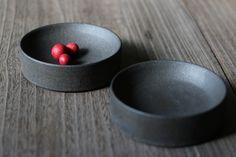 新しい釉薬「錆黒」は、よりマットで、より抑制的というか禁欲的な印象。 料理の彩りを引き立てます。 錆黒台小鉢 直径13cm 高さ4cm ¥4320 ...