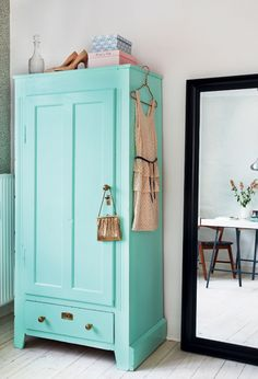 colour of the armoire - Ideer til små hjem: 65 kvadratmeter til to veninder - Boligliv Armoire Antique, Turquoise Cottage, Turquoise Room, Bleu Turquoise, Deco Addict, Vintage Home Decor, Vintage Style, Furniture Makeover, Bedroom Vintage