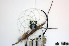 Attrape-rêves Abooksigun (sauvage). Armature en fil de fer épais, recouverte de tissu noir et de tissu blanc. Toile en fil de coton vert ;