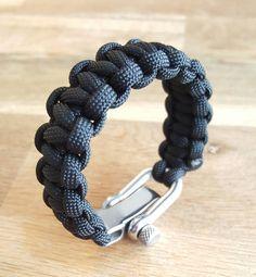 Bracelet de survie réalisé en paracorde 550, muni dune manille en métal…