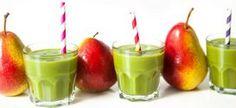 Drei Gläser mit Grünem Smoothie gefüllt, daneben stehend jeweils eine Birne