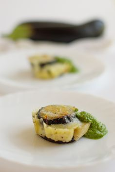 Parmigiana di melanzane bianca con scamorza affumicata e pesto di rucola