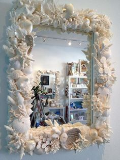 Seashell Mirror Frame me recuerda a titi Skip Seashell Art, Seashell Crafts, Beach Crafts, Seashell Decorations, Sea Decoration, Crafts With Seashells, Seashell Frame, Beach House Decor, Diy Home Decor