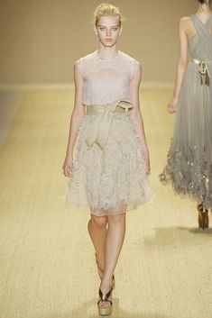 See the complete Monique Lhuillier Spring 2009 Ready-to-Wear collection.