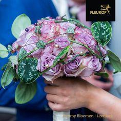 In dit ronde bruidsboeket is gewerkt met één bloemsoort, de roos. Voor de groene accenten is gebruik gemaakt van de Scindapsus Pictus. Dit bruidsboeket is gemaakt door Fleurop bloemist Tommy Bloemen uit Leerdam.
