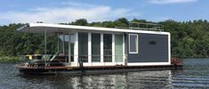 Great deals on houseboats and floating homes. With PEREBO you'll get your individual floating accommodation - fast & with top advice. Pontoon Houseboat, Houseboat Living, Pontoon Boat, Houseboat Ideas, Haus Am See, Lakefront Property, Boat Lift, Floating House, Relax