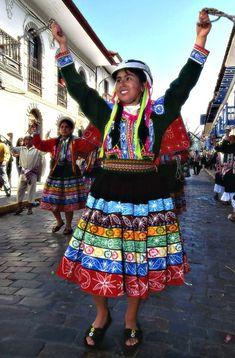 TRAJES TIPICOS DEL PERU Traditional Peruvian Dresses: Huayno del Cuzco (Valicha y otros) http://www.southamericaperutours.com/peru-highlight.html