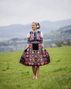 Slovak folk costume from Dobra Niva near town of Krupina Costumes Around The World, Beautiful Costumes, Love Fashion, Fashion Design, Folk Costume, Traditional Dresses, Dance Wear, Amazing People, How To Wear
