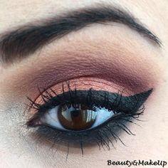 Eyeliner nero Liquidflora applicato.