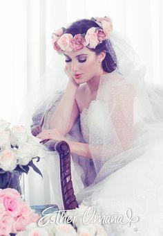 agrega un toque bohemio a tu ajuar nupcial con una corona de flores de shantung de seda, y un velo de tul de punto suizo ... swiss dot veil, flower crown #EsTherOmaña #novias #bride