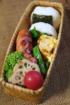 2013.07.25 おむすび弁当(ソーセージ弁当2) Work Lunch Box, Bento Box Lunch, Japanese Lunch Box, Japanese Food, Cute Food, Yummy Food, Onigirazu, Plate Lunch, Bento Recipes