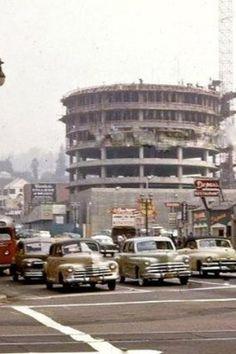 The things that I love the most in this picture are the old cars, but this construction in Los Angeles City might be the most iconic. Capitol Records building. Lo que mas amo de esta foto son los autos viejos, pero esta construcción en la ciudad de Los Angeles podria ser la mas iconica. Edificio de la disquera Capitol.