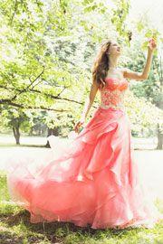 レースのトップスに2色のチュールスカート。落ちついたパープルが大人の花嫁姿を演出。歩く度スカートが異なる表情をみせてくれます。http://dress.novarese.jp/colordress/btnv174.html