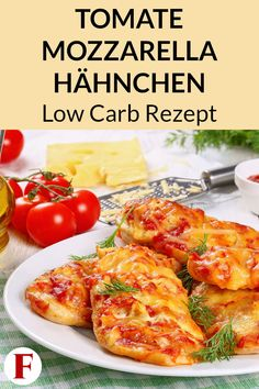 Tomate Mozzarella Hähnchen aus dem Ofen – Low Carb Rezept zum Abnehmen This chicken recipe is perfect for a healthy low carb dinner for losing weight. Check out the diet menu for your meal plan here. Healthy Low Carb Dinners, Low Carb Recipes, Easy Meals, Tomate Mozzarella, Mozzarella Chicken, Healthy Chicken, Chicken Recipes, High Protein Low Carb, Healthy Dinner Recipes
