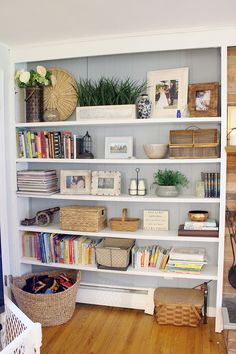 Before and After: Traditional bookshelves get a fresh update www. Before and After: Traditional bookshelves get a fresh update www.indigoandhone… Source by indigoandhoney Living Room Shelves, Cozy Living Rooms, Living Room Decor, Bedroom Decor, Styling Bookshelves, Decorating Bookshelves, Bookcases, How To Decorate Bookshelves, Arranging Bookshelves