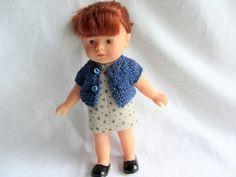 Habit de poupée : Robe grise et gilet bleu pour poupée corolline