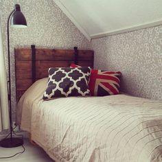 Sunnuntaipuuhana sängynpäädyn rakentamista nuoren miehen huoneeseen #vanhaovi #entinensohvapöytä #kirsikkapuu #pihlgrenritola #toijalantapettitehdas #tuunaus
