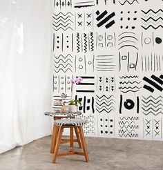 Prehistoric, segni geometrici primitivi per una carta da parati adatta per esaltare l'interior design moderno. #wallpeppertrend #wallpepper #wallpaper #cartadaparati #geometric #interiordesign