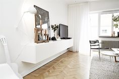 Enjoy this pure and white apartment full of natural details, green accents, designer icons and silly decoration. White Apartment, Scandinavian Apartment, Scandinavian Interior Design, Scandinavian Style, Unique House Plans, Design Your Own Home, Mediterranean House Plans, Small Condo, White Houses