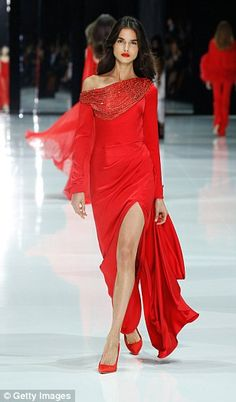 Scroll down to see our favourite looks from Ralph&Russo's Spring 2018 Couture collection! Red Fashion, Kimono Fashion, Couture Fashion, Runway Fashion, Fashion Show, Fashion Dresses, Victor Ramos, Elegant Dresses, Beautiful Dresses