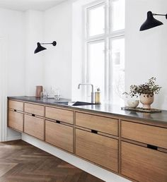 Dark, light, oak, maple, cherry cabinetry and painting wood kitchen cabinets gray. CHECK THE IMAGE for Many Wood Kitchen Cabinets. All White Kitchen, New Kitchen, Kitchen Layout, Awesome Kitchen, Danish Kitchen, Kitchen Paint, Beautiful Kitchen, Vintage Kitchen, Long Kitchen
