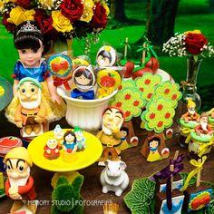 Um dia de celebração da vida da princesa Julia entre anões , flores , maçãs, amigos e fofurice! #brancadeneve #brancadeneveeosseteanoes #festabrancadeneve #decorbrancadeneve #snowwhitepartyideas #snowwhite #snowwhiteparty #festanaescola #schoolparty #kitescolar #kitescolarkadosh #kadoshfestas #conceitokadosh #celebrecomakadosh #festademenina #partydisney #partyideas