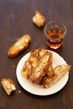 A tester : Biscotti italiens (cantucci) Biscotti, Sweet Desserts, Dessert Recipes, Italian Cookies, Dark Chocolate Chips, Italian Recipes, Brunch, Baking, Breakfast