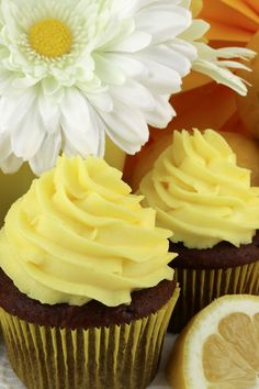 The Best Lemon Whipped Cream Frosting - light and creamy frosting with just the right amount of lemon flavor. A great frosting for Spring and Summer! Lemon Buttercream Frosting, Canned Frosting, Lemon Frosting, Whipped Cream Frosting, Cupcake Icing, Cupcake Cakes, Lemon Whipped Cream, Flavored Whipped Cream, Pound Cake Recipes