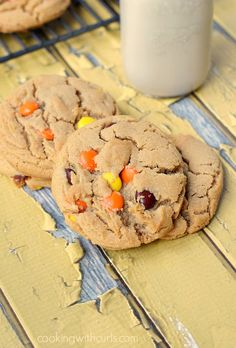 Soft, chewy and delicious Peanut Butter Cookies with Reese's Pieces! Chewy Peanut Butter Cookies, Yummy Cookies, Chocolate Chip Cookies, Yummy Treats, Cookie Desserts, Cookie Recipes, Baking Cookies, Ice Cream Scoop Sizes, Reese's Pieces