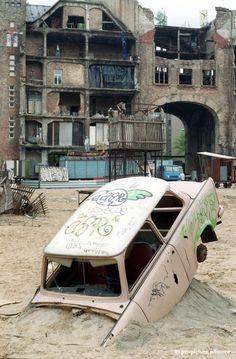 """Eine Art Atlantis – nur dass die DDR versunken ist: Im """"Tacheles"""" an der Oranienburger Straße machen Künstler mit einem verbuddelten Trabi 1992 auf die wirtschaftliche Misere der Neuen Länder aufmerksam."""