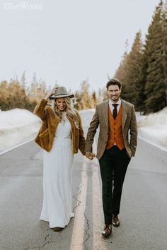 The beauty of nature inspired every element of this boho winter wedding creative shot in the Quebec Laurentians. A wonderful wood cabin dating back to. Bohemian Wedding Inspiration, Bohemian Wedding Dresses, Boho Wedding, Bohemian Groom, Boho Bride, Free People Wedding Dress, Outdoor Winter Wedding, Winter Weddings, Winter Family Photos