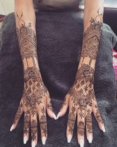 Striking Khafif mehndi designs collection for hands to try in 2019 - - Latest trends in Beauty, Fashion, Indian outfit ideas, Wedding style on your mind? We bring to you hand picked collections for inspiration. Henna Tattoo Hand, Henna Tattoos, Henna Neck, Et Tattoo, Henna Mehndi, Mehendi, Mandala Tattoo, Henna Hand Designs, Old School Tattoos