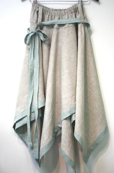 Linen skirt, a winner in the fabrics-store.com design contest.  So lovely with the contrasting linen band.