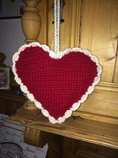 I oktober måned lige før Kreative dage i Fredericia så jeg et fint hæklet hjerte uden på et Hendes Verden - det var hæklet i pufmasker og je...