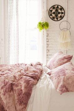 4040 Locust Lennon Tie-Dyed Comforter - Urban Outfitters