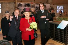 Hare Majesteit Koningin Beatrix brengt op 27 september 2005 ter gelegenheid van haar 25-jarig regeringsjubilieum, een bezoek aan de provincie Flevoland. Rondleiding door directeur van Nieuw Land Ralph Keuning.  Bron: Fotocollectie Nieuw Land. Fotostudio Wierd.