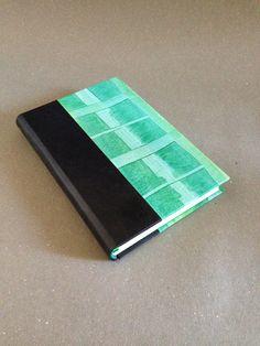 Encuadernación en piel y papel decorado a mano con acrílico al engrudo, guardas de papel con algodón, cabezadas bordadas en dos colores y registro en listón de seda