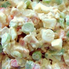 Kipsalade met lente-ui en paprika / * 250 gr kipfilet (gebakken en afgekoeld) * 100 gr lente-uitjes * 80 gr rode paprika * 1 hardgekookt ei * 150 gr mayonaise * 2 koffielepels mosterd * currypoeder * peper --- De kipfilet, de lente-uitjes, de paprika en het eiwit in kleine stukjes snijden. Alles samen in een kom doen. De eierdooier pletten en mengen met de mayonaise en mosterd. Roer de saus door het vleesmengsel en kruidt met currypoeder en peper volgens eigen smaak. (Ik zou de mayo…
