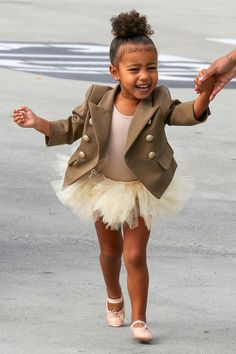 Baby fashionista: inspire-se no estilo de North West Fashion Kids, Little Girl Fashion, Little Girl Dresses, Toddler Fashion, Flower Girl Dresses, Cute Toddler Girl Clothes, Toddler Girl Style, Cute Outfits For Kids, Cute Kids