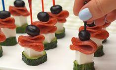 5 aperitive gustoase, simple și rapide, pe care le puteți pregăti pentru pachetul de servici, zi de naștere sau orice altă masă festivă. 1.Canape-uri cu salam, măsline și cașcaval Aceste canape-uri sunt gustoase și aspectuoase. Toate ingredientele se combină perfect. INGREDIENTE: -200 gr de salam; -50 gr de măsline fără sâmbure; -200 gr de castraveți; -200 gr de brânză feta; -30 de scobitori. MOD DE PREPARARE: 1.Tăiați salamul felii subțiri sau cumpărați salam feliat. 2.Castraveții îi tăiați… Free Keto Recipes, Sweet Recipes, Sugar Donut, Serbian Recipes, Food Platters, Party Snacks, Food Design, Clean Eating Snacks, Finger Foods