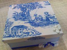 Caixa em MDF 20x20x10cm, forrada com tecido branco e azul, com detalhes de fita de gorgurão, cordão de são francisco e resina. R$50,00