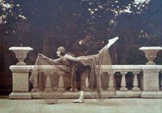 """En la casa de don Vicente Lira Mora se filmó en 1926 """"El Cristo de oro"""", dirigida por Manuel R. Ojeda en que se aprovecharon ampliamento los jardínes y pérgola de la residencia; de ése período es también una serie de imágenes de Luis Márquez Romay, que muestran a diversas bailarinas que dejan clara la influencia de Isadora Duncan; aunque los balaustres y galería de granito que aparecen en las fotografías se perdieron, han sido sustituidas por copias que permiten recordar los originales."""