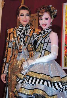 宝塚星組男役トップスターの北翔海莉(左)と娘役トップの妃海風=東京宝塚劇場