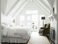 schlafzimmer einrichten mit dachschräge und sessel