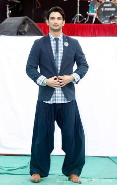 Sushant Singh Rajput promotes Detective Byomkesh Bakshy at a college fashion show – view pics! #SushantSinghRajput