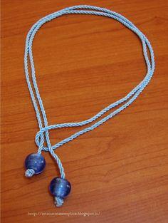 Tante piccole idee realizzate: Collana in cordoncino ritorto e perle di vetro blu.