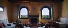 Monastero San Silvestro Cortona soggiorno con camino e vista sulla valle e Montepulciano appartamento Salvia