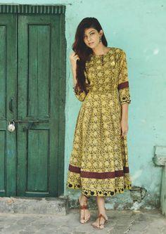 Vintage flora midi dress  |  Shop now: www.thesecretlabel.com Simple Dresses, Casual Dresses, Fashion Dresses, Summer Dresses, Ethnic Fashion, Indian Fashion, Women's Fashion, Indian Dresses, Indian Outfits