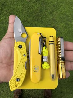 Do you color coordinate your EDC gear? If so, what are your go-to colors for the season? Tactical Pocket Knife, Tactical Knives, Tactical Gear, Pocket Knives, Edc Tools, Survival Tools, Survival Knife, Survival Hacks, Bushcraft Gear